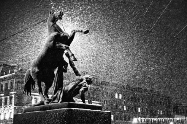 Аснег идёт: вПетербурге метель игололедица