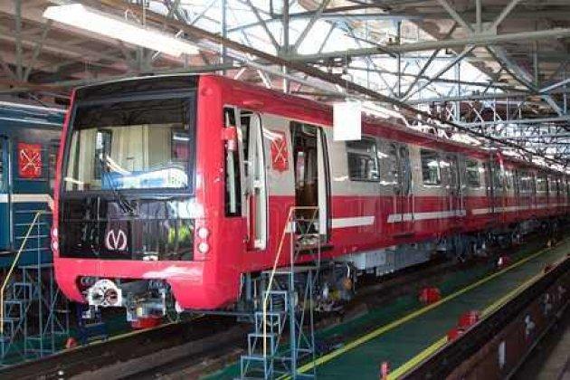 Покрасной ветке петербургского метро начали курсировать поезда обновленного поколения