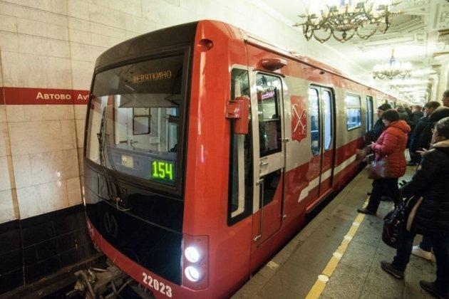Толпа пассажиров сломала двери «красного» состава впетербургском метро